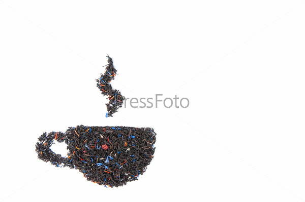 Чашка, выложенная из сухого черного чая на белом фоне