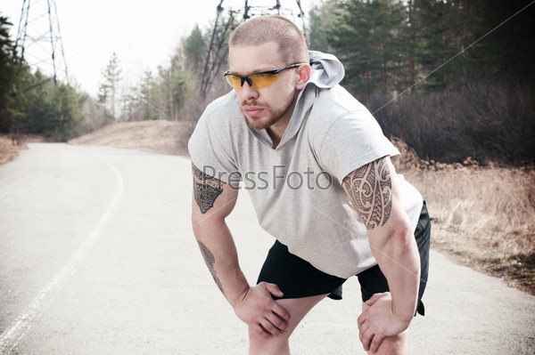 Молодой спортсмен, готовящийся к пробежке