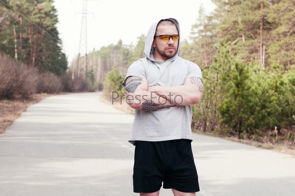 Портрет молодого спортсмена на пробежке