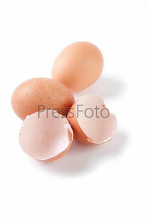 Яйца и скорлупа на белом фоне