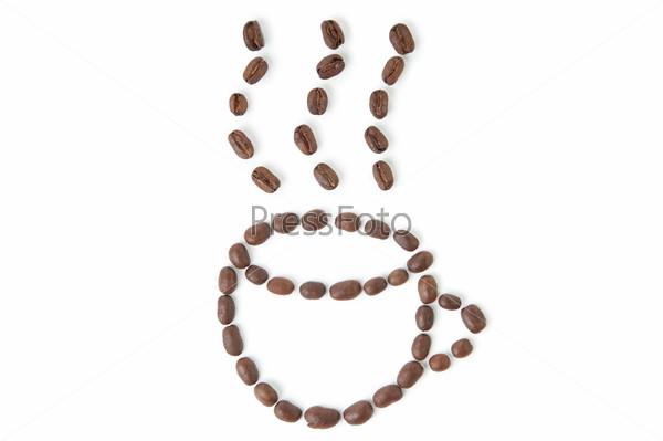 Кофейные зерна в виде чашки на белом фоне