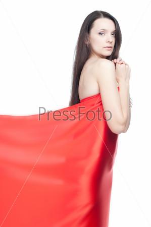 Чувственная молодая женщина в красном