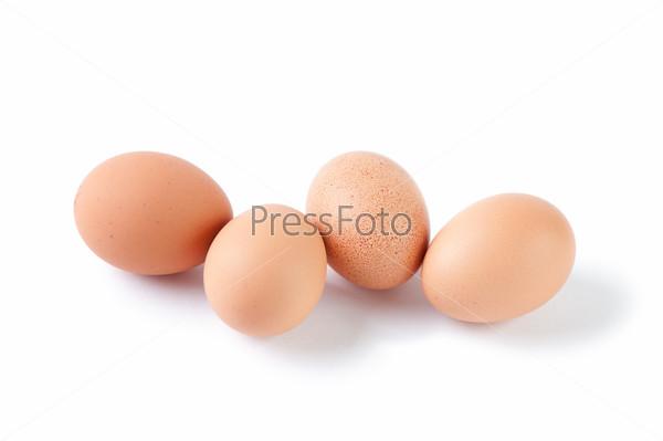 Куриные яйца на белом фоне