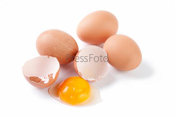 Куриные яйца, скорлупа и желток на белом фоне