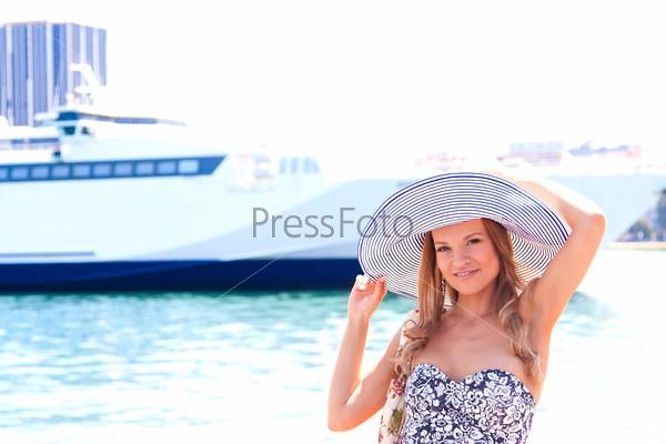 Портрет молодой и красивой женщины на фоне большого океанского лайнера