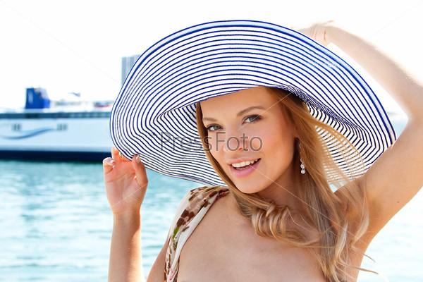 Портрет молодой и красивой девушки на фоне большого океанского лайнера