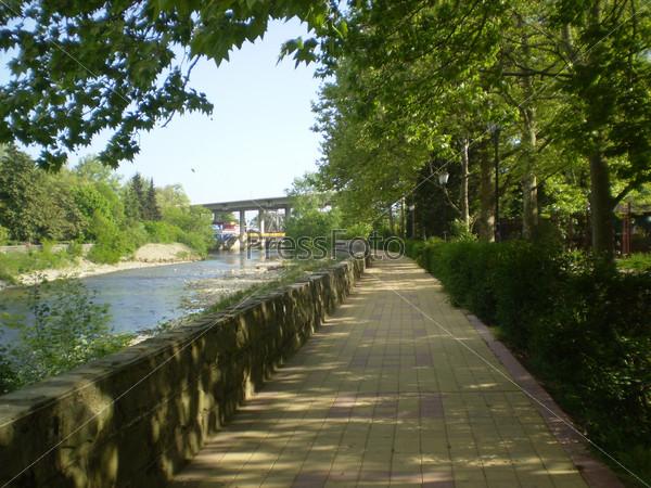 Красивая аллея вдоль реки
