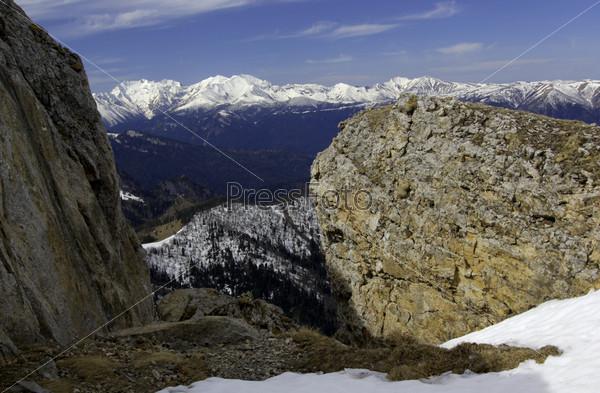 Большие камни и горы на горизонте
