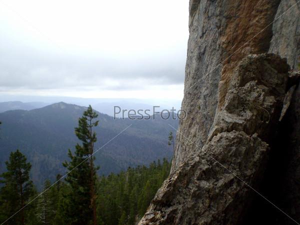 Скальная местность и хвойный лес