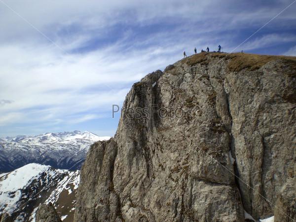 Фигурки людей на вершине горы