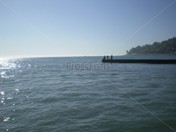 Морской пейзаж с рыбаками на буне
