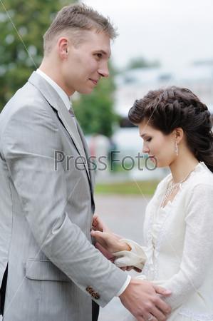 Жених и невестана открытом воздухе