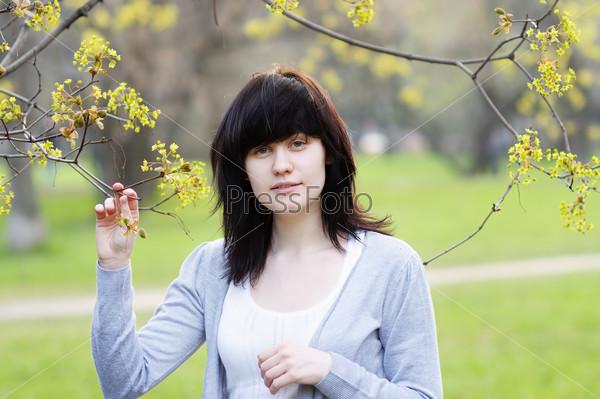 Портрет красивой молодой женщины в весеннем парке