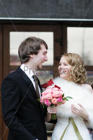 Счастливые жених и невеста на открытом воздухе
