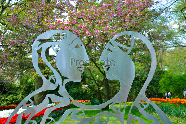 Metalic statue of 2 lovers in Keukenhof park in Holland