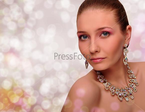 Красивая женщина с драгоценными украшениями
