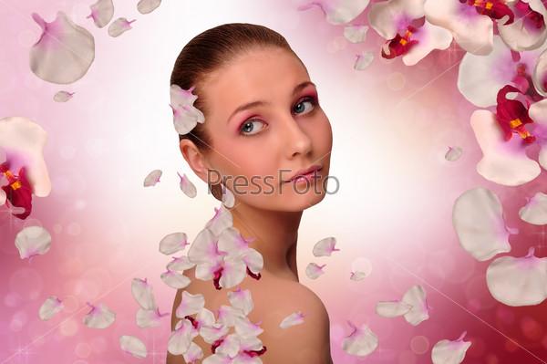 Девушка с лепестками орхидеи