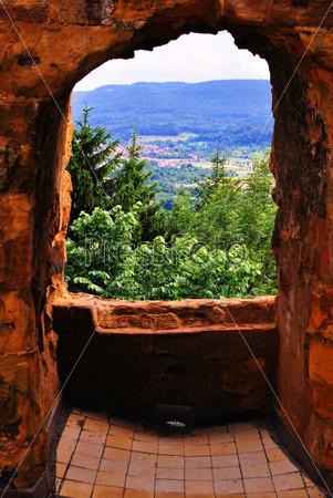 Красивый пейзаж из проема древней стены