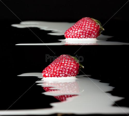 Красная клубника в молоке