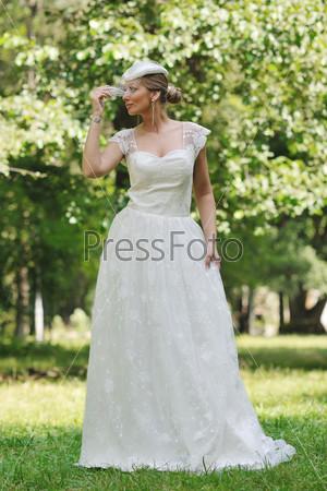 Люди женщина красивая невеста в моде свадебные платье создают открытый в ярких парке