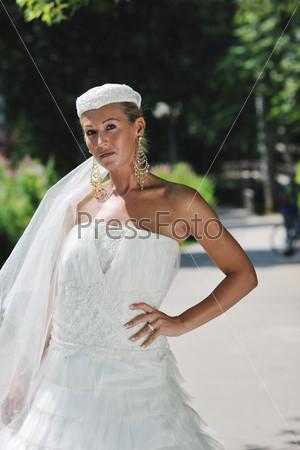 Портрет красивой невесты на открытом воздухе