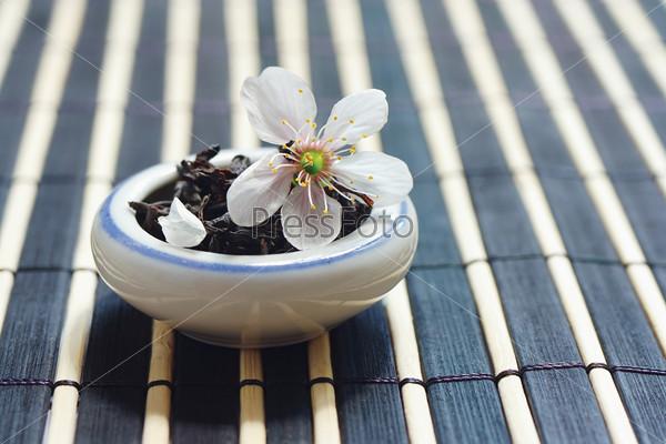 Листья чая и цветок вишни
