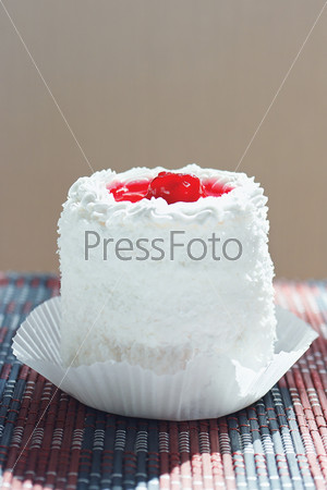 Кремовый торт с вишней