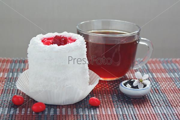 Кремовый торт с вишней и чашка чая