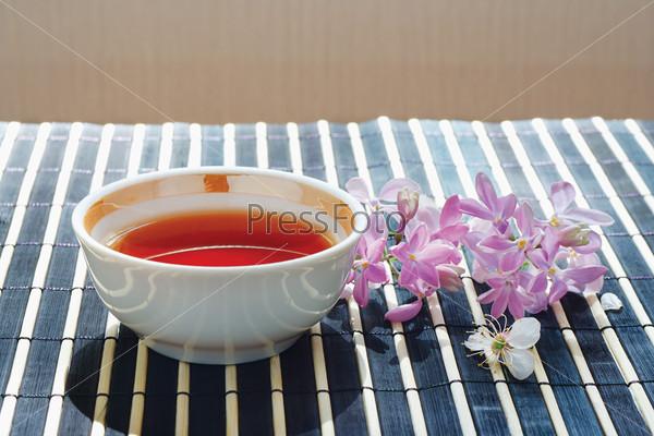 Чашка чая и цветы сирени