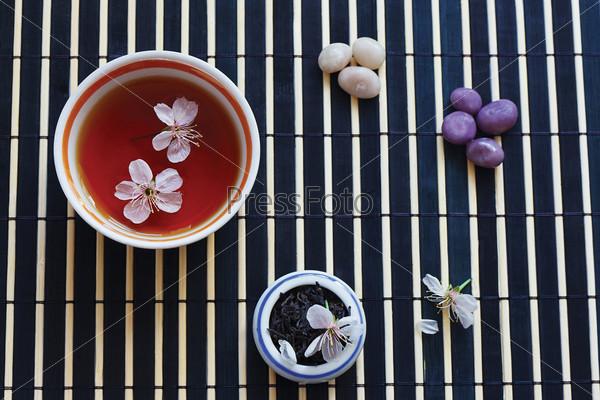 Две чашки чая и листья