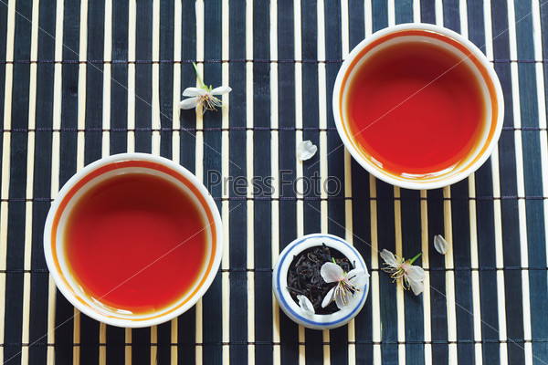 Две чашки чая и листья чая