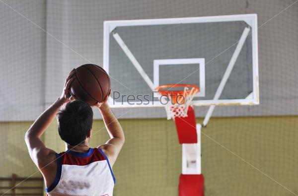 Баскетболист играет в спортивном зале