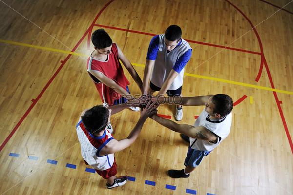 Баскетболисты в спортивном зале