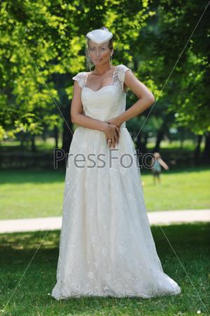 Портрет невесты на открытом воздухе