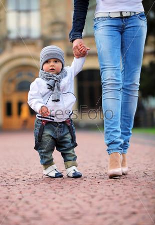 на улице с мамой