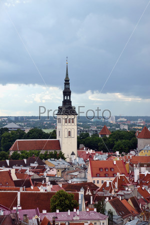 Вид на крыши и церковь Нигулисте. Таллин. Эстония