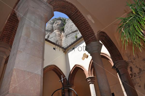 Католическая церковь на горе Монсеррат в Испании