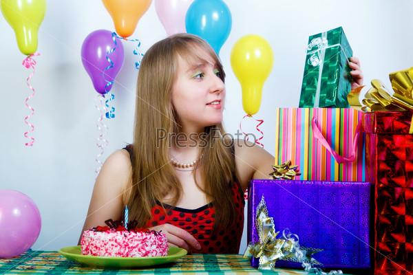 День рождения. Привлекательная девушка с подарками и тортом
