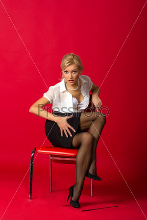 Женщина в юбке на стуле