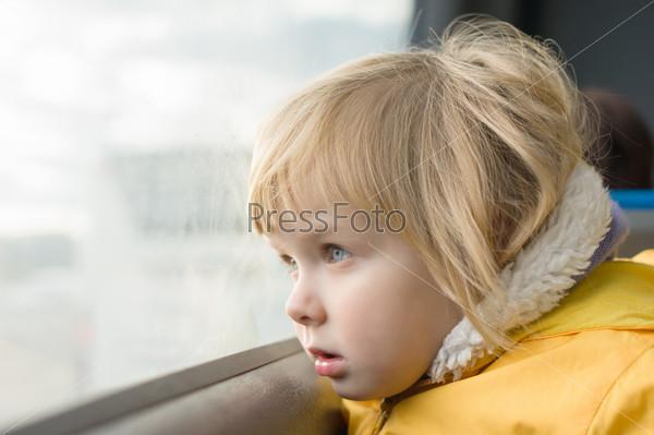 Картинки по запросу девочка едет в автобусе