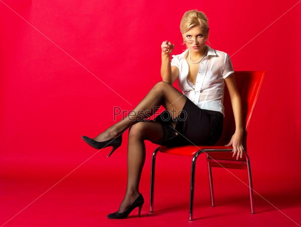 Фото на стуле в юбке