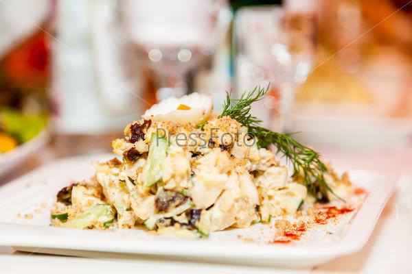 Салат нежный с курицей.фото