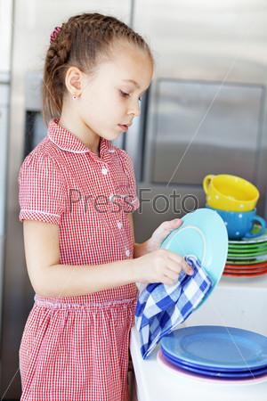 картинки девочка моет посуду
