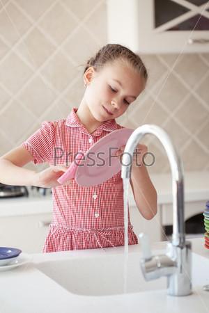 Дома полная девушка на кухне моет посуду видео последствия секса