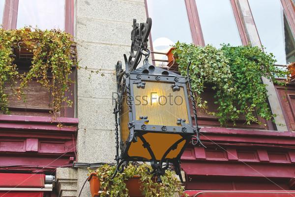 Фонарь на фасаде старого французского дома