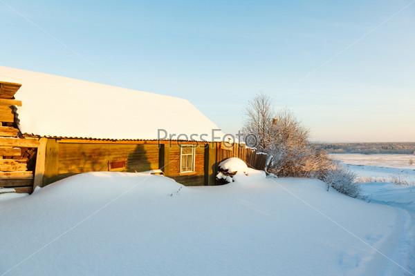 Деревенский дом в снегу и дорога