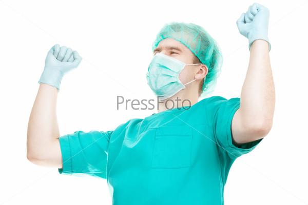 Молодой врач с руками вверх, изолированный на белом фоне