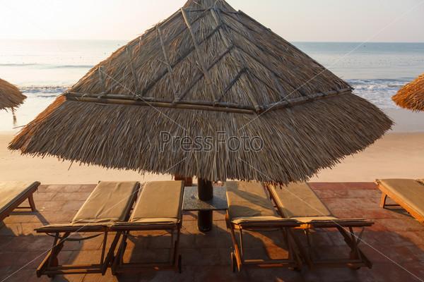 Фотография на тему Бассейн и зонтики на берегу