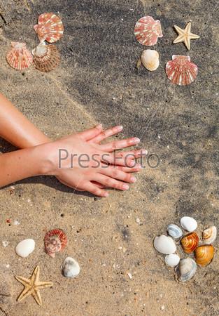 Маникюр на руках молодой женщины