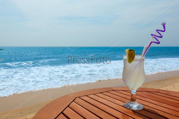 Лимонад со льдом на столе
